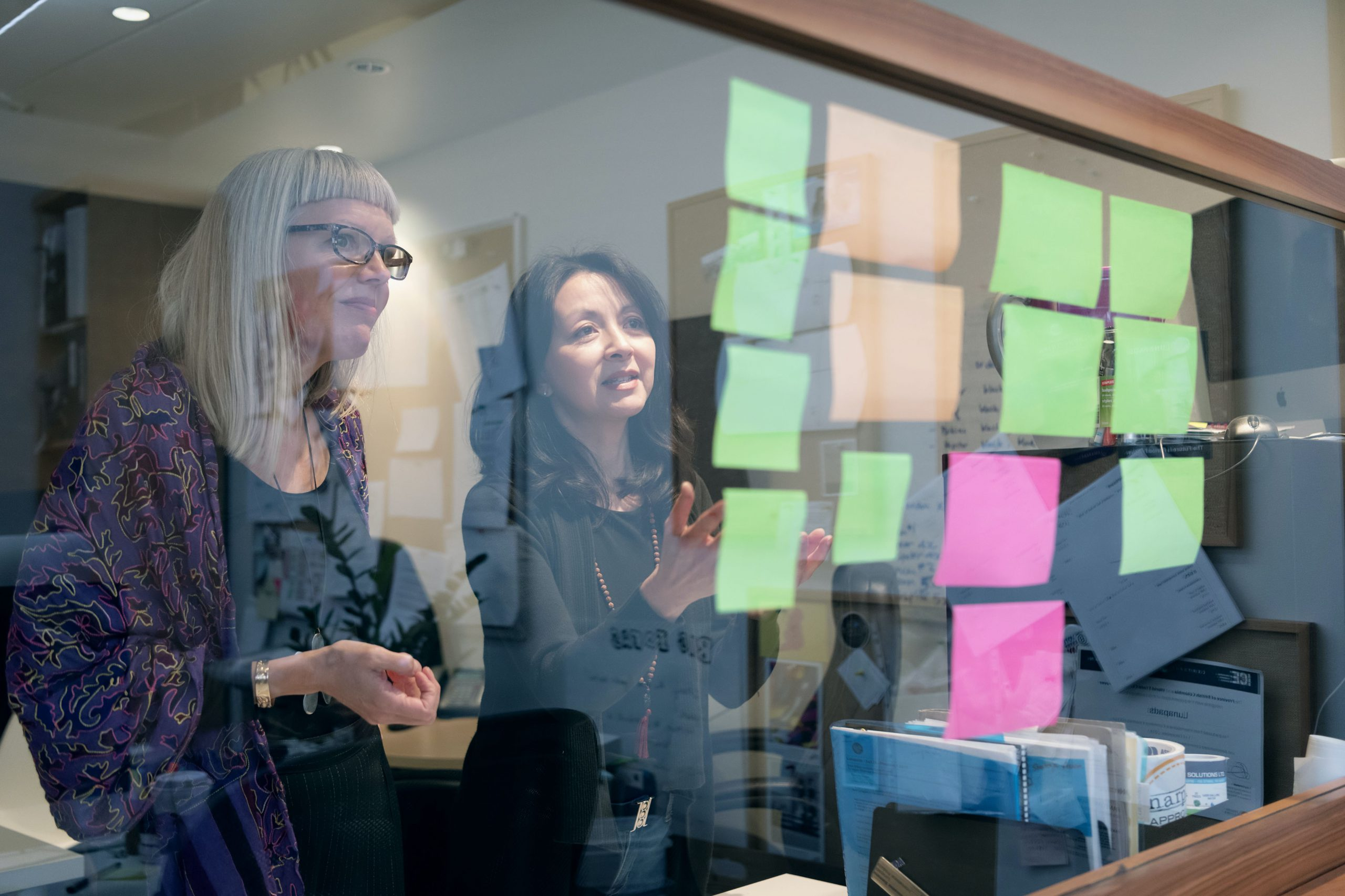 Madeleine Shaw and Suzanne Siemens looking at post-its